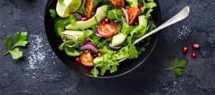 Ein frischer Salat auf einer dunklen Küchenplatte
