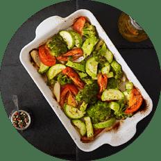 Ein veganer Gemueseauflauf mit Tomaten, Brokkoli und mehr in der Auflaufform